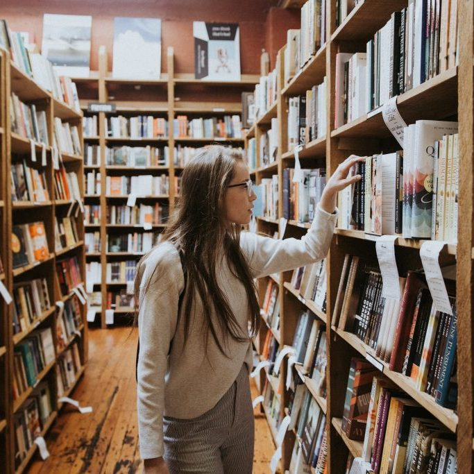 Studentin in Bibliothek