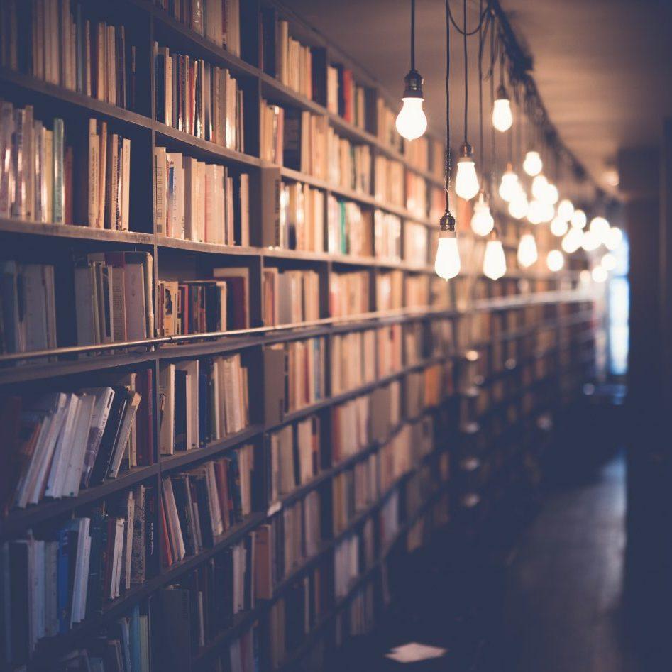 Bibliothek mit Glühbirnen